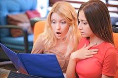 Dwa dziewczyny w cukierniany patrzeć przez menu Obraz Royalty Free