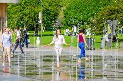 Dwa dziewczyny w fontannie Obraz Royalty Free