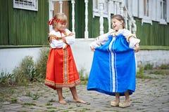 Dwa dziewczyny w krajowych kostiumach w Rosyjskiej wiosce Zdjęcie Royalty Free