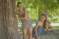 Dwa dziewczyny w lesie Zdjęcia Royalty Free