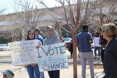 Dwa dziewczyny w Muzułmańskim chustka na głowę chwyta znaku przy Mark dla życia protestują w Tulsa Oklahoma usa 2 24 2018 Obraz Stock