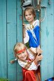Dwa dziewczyny w Rosyjskich krajowych kostiumach Zdjęcia Stock