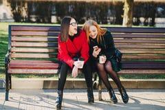 Dwa dziewczyny z gadżetem Obrazy Royalty Free