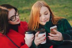 Dwa dziewczyny z gadżetem Zdjęcia Royalty Free