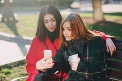 Dwa dziewczyny z gadżetem Zdjęcie Royalty Free