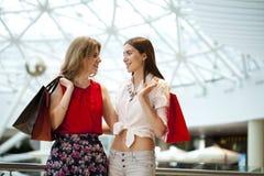 Dwa dziewczyny z torba na zakupy Zdjęcie Stock