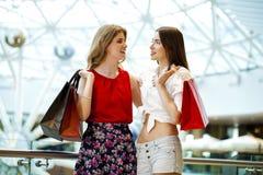 Dwa dziewczyny z torba na zakupy Obrazy Royalty Free