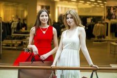 Dwa dziewczyny z torba na zakupy Fotografia Royalty Free