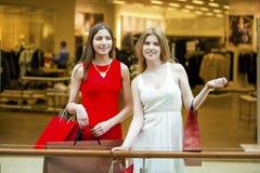 Dwa dziewczyny z torba na zakupy Zdjęcia Royalty Free