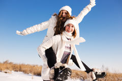Dwa dziewczyny zabawę i cieszą się świeżego śnieg Zdjęcia Royalty Free