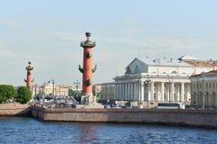 Dwa dziobowa kolumna i wekslowy budynek horyzontalny Obrazy Royalty Free