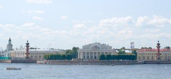 Dwa dziobowa kolumna i wekslowy budynek panorama Zdjęcia Stock