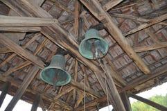 Dwa dzwonu pod dachową strukturą Obrazy Stock