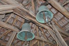 Dwa dzwonu pod drewnianym constructioncrumpled papierowym bezszwowym tłem Fotografia Stock