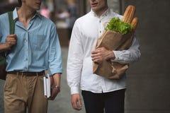 Dwa eleganckiego pedestrians outdoors Mężczyzna robić zakupy Obraz Royalty Free
