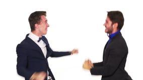 Dwa eleganckiego ubierającego mężczyzna świętuje wpólnie sukcesu - studio strzał zbiory