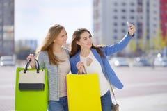 Dwa eleganckiej dziewczyny z torba na zakupy obrazy royalty free