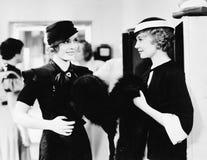 Dwa eleganckiej kobiety stoi wpólnie w wydziałowym sklepie (Wszystkie persons przedstawiający no są długiego utrzymania i żadny n Zdjęcia Royalty Free