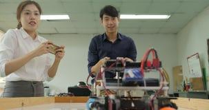 Dwa elektronika inżyniera kontrola i programowania roboty bawić się piłkę nożną zbiory wideo