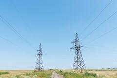 Dwa elektrycznego niebieskiego nieba i wierza Fotografia Royalty Free