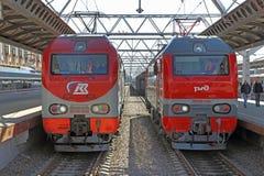 Dwa elektrycznej lokomotywy przyjeżdżali przy Moskwa stacją w świętym Pete Obrazy Royalty Free