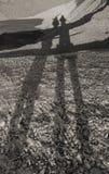 Dwa elongating cienia na kamiennych diunach Obrazy Royalty Free
