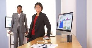 Dwa etnicznego bizneswomanu patrzeje kamerę Zdjęcia Stock