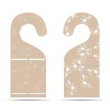 Dwa etykietki na drzwiowego wieszaka ornamencie z jasnobrązowym i białym ilustracji