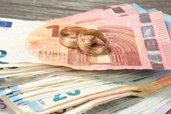Dwa euro rachunku i obrączki ślubne zdjęcia royalty free