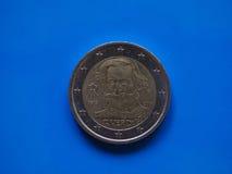 Dwa euro ukuwają nazwę, Europejski zjednoczenie nad błękitem Obraz Royalty Free