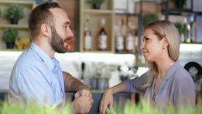 Dwa Europejskiego przyjaciela ma przerwę w kawiarni dyskutuje bocznego widok i plotkuje zbiory wideo