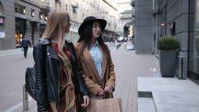 Dwa excited eleganckie kobiety patrzeje w sklepowym okno zdjęcie wideo