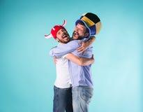 Dwa Excited Męskiego przyjaciela Świętują dopatrywanie sporty obraz stock