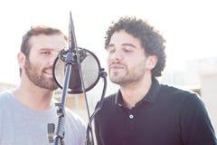 Dwa facetów śpiewać Śpiewający w ulicie i jeden z Afro włosy, Obrazy Royalty Free