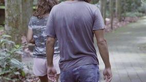 Dwa faceta, jeden dziewczyna spacer na drodze przemian w azjata parku i przepustka małpami zbiory wideo