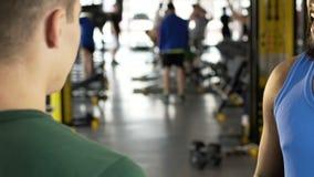 Dwa faceta opowiada each inny w gym, międzynarodowa komunikacja, przyjaciele zdjęcie wideo