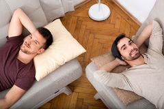 Dwa faceta relaksuje w domu Zdjęcia Stock