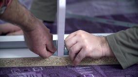 Dwa faceta wkłada gwoździe w łóżko ramę zbiory