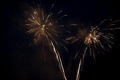 Dwa fajerwerków jaskrawy kolorowy wybuch w niebie fotografia stock