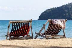 Dwa falcowania krzes?a na pla?y z dennym i jaskrawym niebem w tle przy Koh Mak w Trata, Tajlandia Sezonowy wakacje obraz royalty free