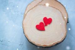 Dwa felted serca na drewnianym tle, walentynki pocztówki pojęcie Obraz Royalty Free