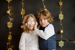Dwa festively ubierającego dziecka fotografującego dla kartki bożonarodzeniowa obrazy stock