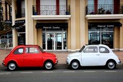 Dwa Fiat 500 Parkujący w ulicie w Menton, Francja Zdjęcia Stock