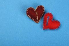 Dwa filc rzemiosła serca, czerwony i brown na błękicie Obrazy Stock