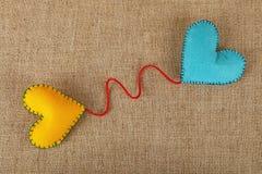 Dwa filc rzemiosła serca, kolor żółty i błękita na kanwie, Zdjęcie Stock