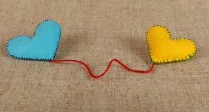 Dwa filc rzemiosła serca, kolor żółty i błękita na kanwie, Fotografia Royalty Free