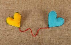 Dwa filc rzemiosła serca, kolor żółty i błękita na kanwie, Zdjęcia Royalty Free