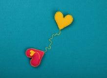 Dwa filc rzemiosła serca, menchie i koloru żółtego na błękicie, Zdjęcia Stock