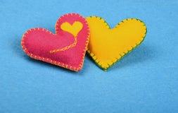 Dwa filc rzemiosła serca, menchie i koloru żółtego na błękicie, Fotografia Royalty Free
