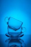 Dwa filiżanek błękita przejrzysty szklany tło Zdjęcie Royalty Free